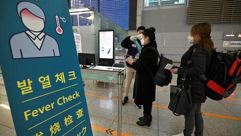 Forsvaret er satt inn ved ved blant annet flyplasser og jernbanestasjoner i Sør-Korea for å sjekke feber og helsetilstand til alle. Seoul-børsen fortsetter å falle på torsdag.
