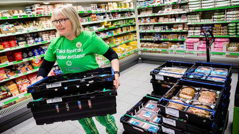 Butikksjef Line Kvesetberget i Kiwi på Skotterud fyller ferskvaredisken med grillprodukter. Hun kan tilby kundene 20–25 flere grillprodukter enn normalt på grunn av den høye omsetningen som den stengte grensen har ført til.
