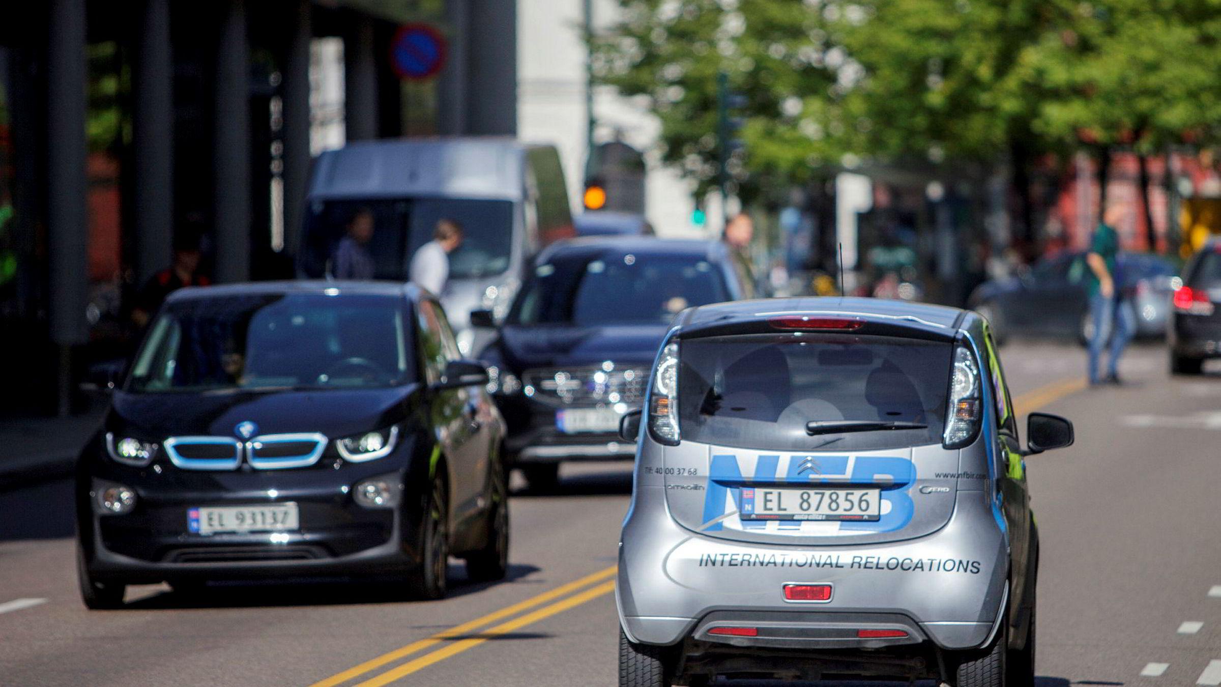 De som velger elbil fremfor bensin- eller dieselbil krever altså en kompensasjon på inntil 280.000 kroner for å gå over til elbil, sier forfatteren.