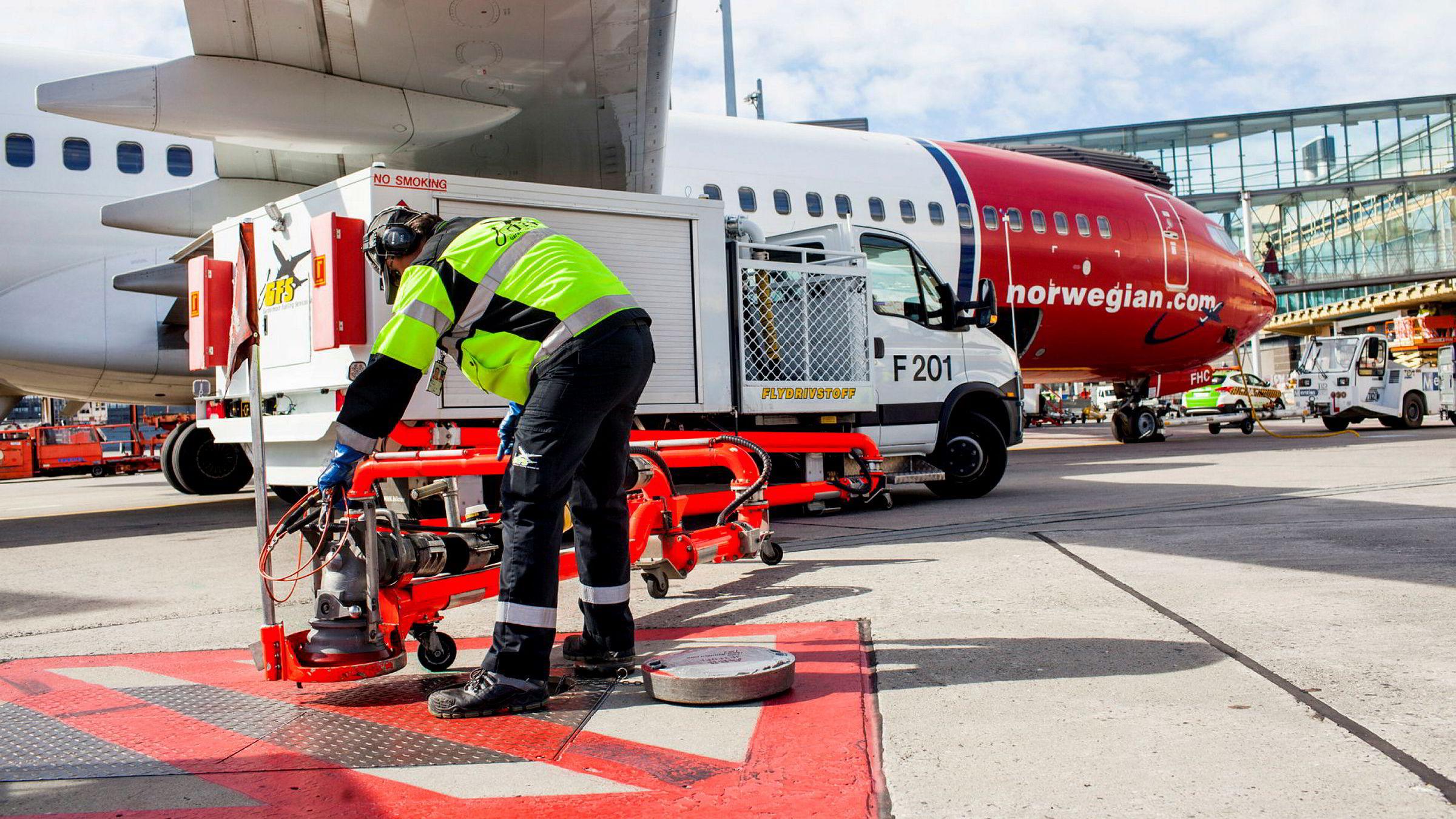 Fra i år er flyselskapene forpliktet til å blande inn 0,5 prosent biodrivstoff på flyene, når flyene tanker opp på Oslo lufthavn (bildet). Nå vil miljøorganisasjoner ha et klimafond for å få til produksjon av biodrivstoff som monner.