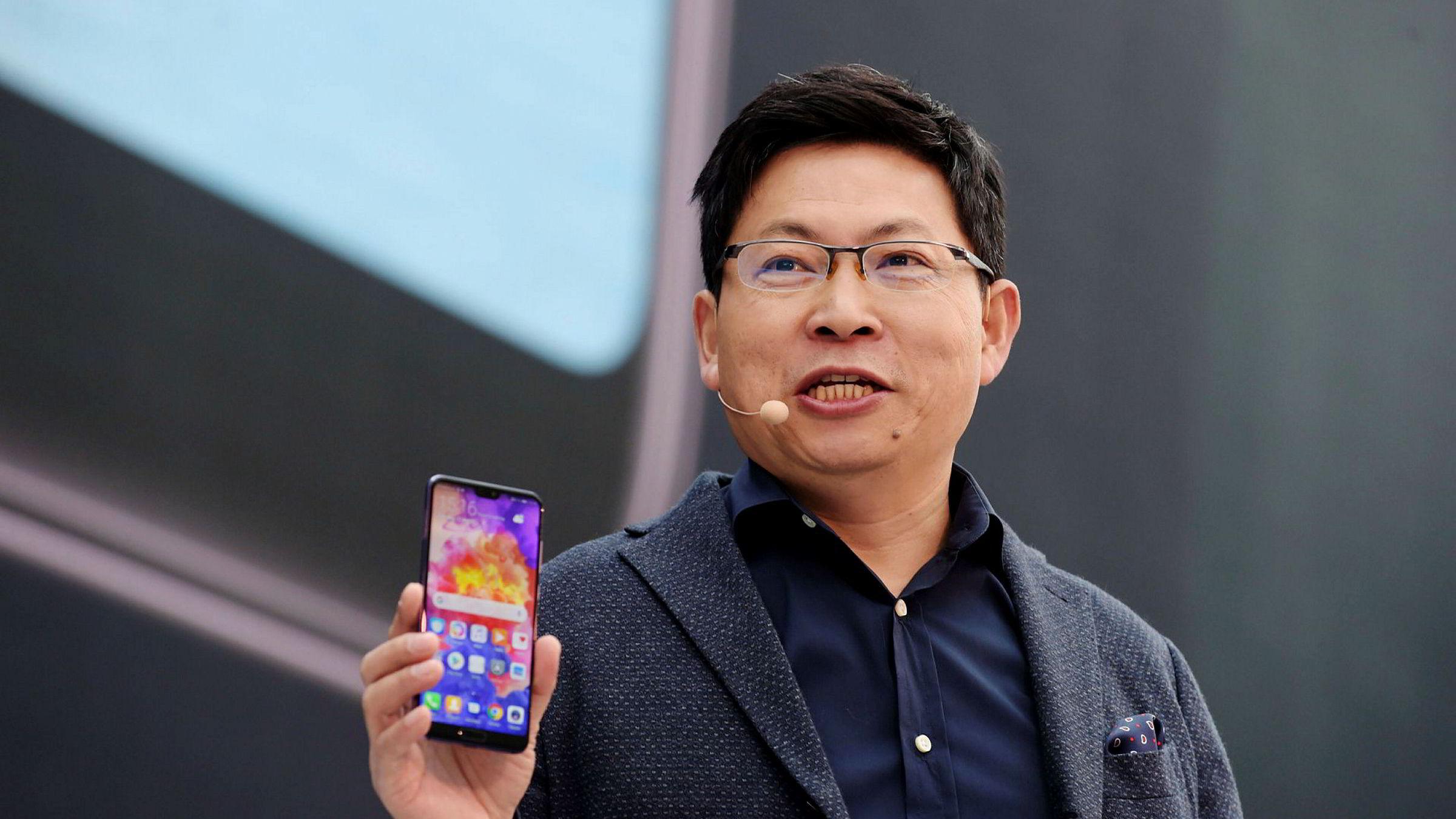 Samsung og Huawei kjemper om å være først ute med brettbare, sammenleggbare smarttelefoner. Huawei har hatt stor suksess med flaggskipsmodellen P20 i Asia og Midtøsten i år og direktør Richard Yu Chengdong lover 200 millioner solgte smarttelefoner i 2018.