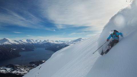 Med storslagen utsikt mot fjorden nyter Kristina Slinning lett snø nedover Alperittløypa.