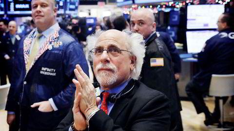 Få bekymringer og lav volatilitet på de internasjonale finansmarkedene har begynt å bekymre ekspertene. Bildet viser trader Peter Tuchman som applauderer på New York-børsen i januar i år.