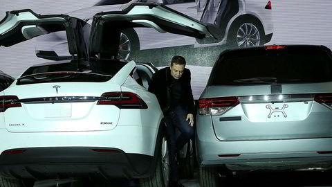Her presenterer Elon Musk en ny Tesla med vingedører ved fabrikken i Fremont. Ansatte ved fabrikken skal ikke være like fornøyd, ifølge uttalelsene til en av de ansatte som er gjengitt i amerikanske medier.