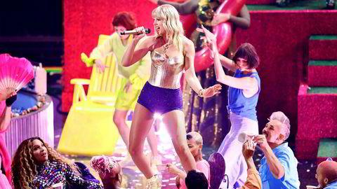 Kinesiske Alibaba har hentet inn den amerikanske popartisten Taylor Swift for å åpne singeldagen under en direktesendt gallaforestilling.