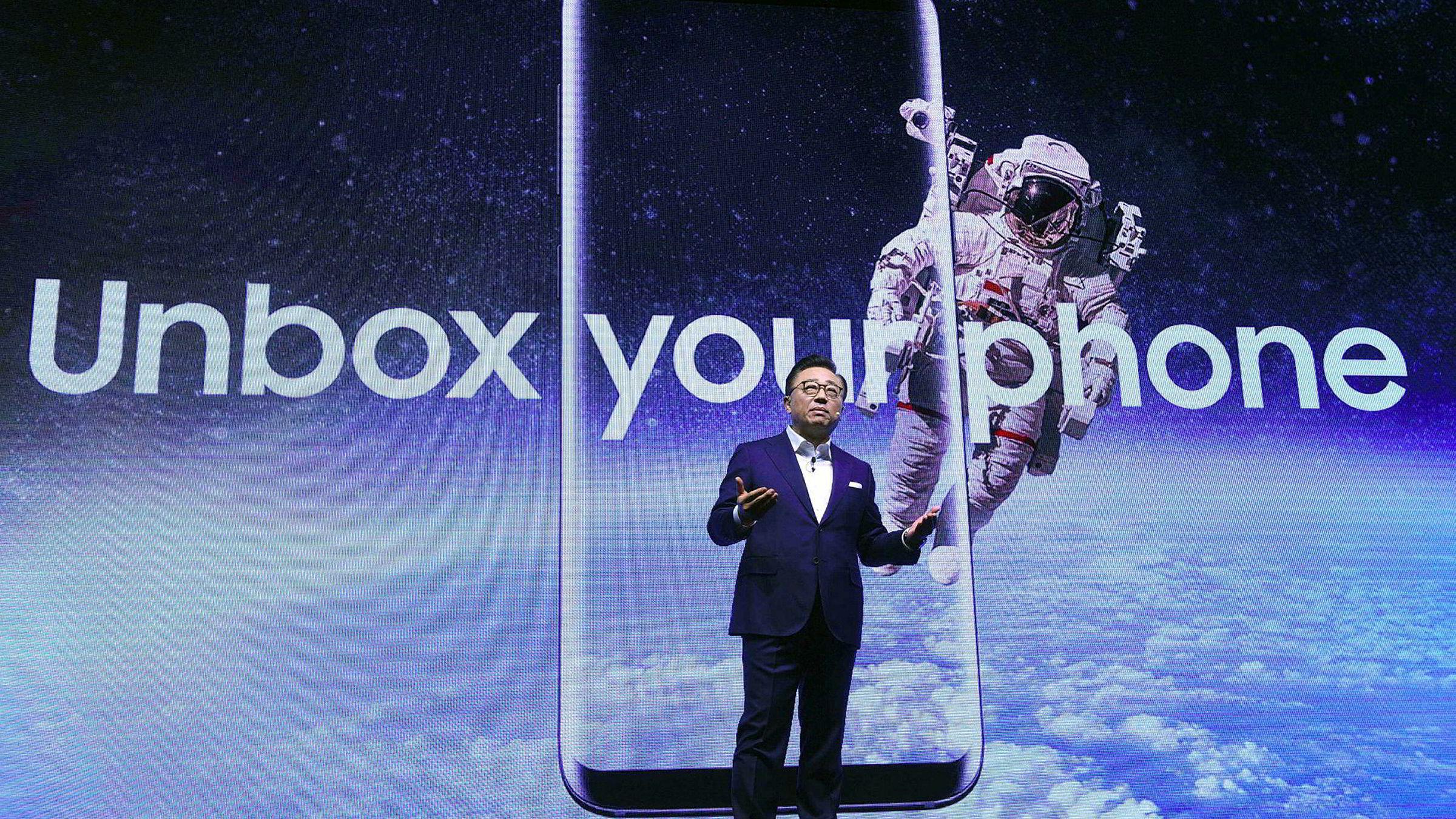 Arkivbilde. DJ Koh, leder av Samsungs mobilvirksomhet avduker Samsung Galaxy S8. Note 8 antas å bygge på S8 designmessig, men med enda heftigere spesifikasjoner.