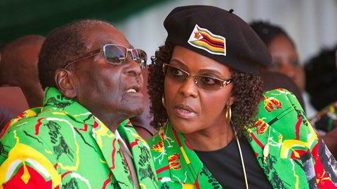Robert Mugabe og hans kone Grace på et bilde tatt i Marondera i Zimbabwe i juni i år.