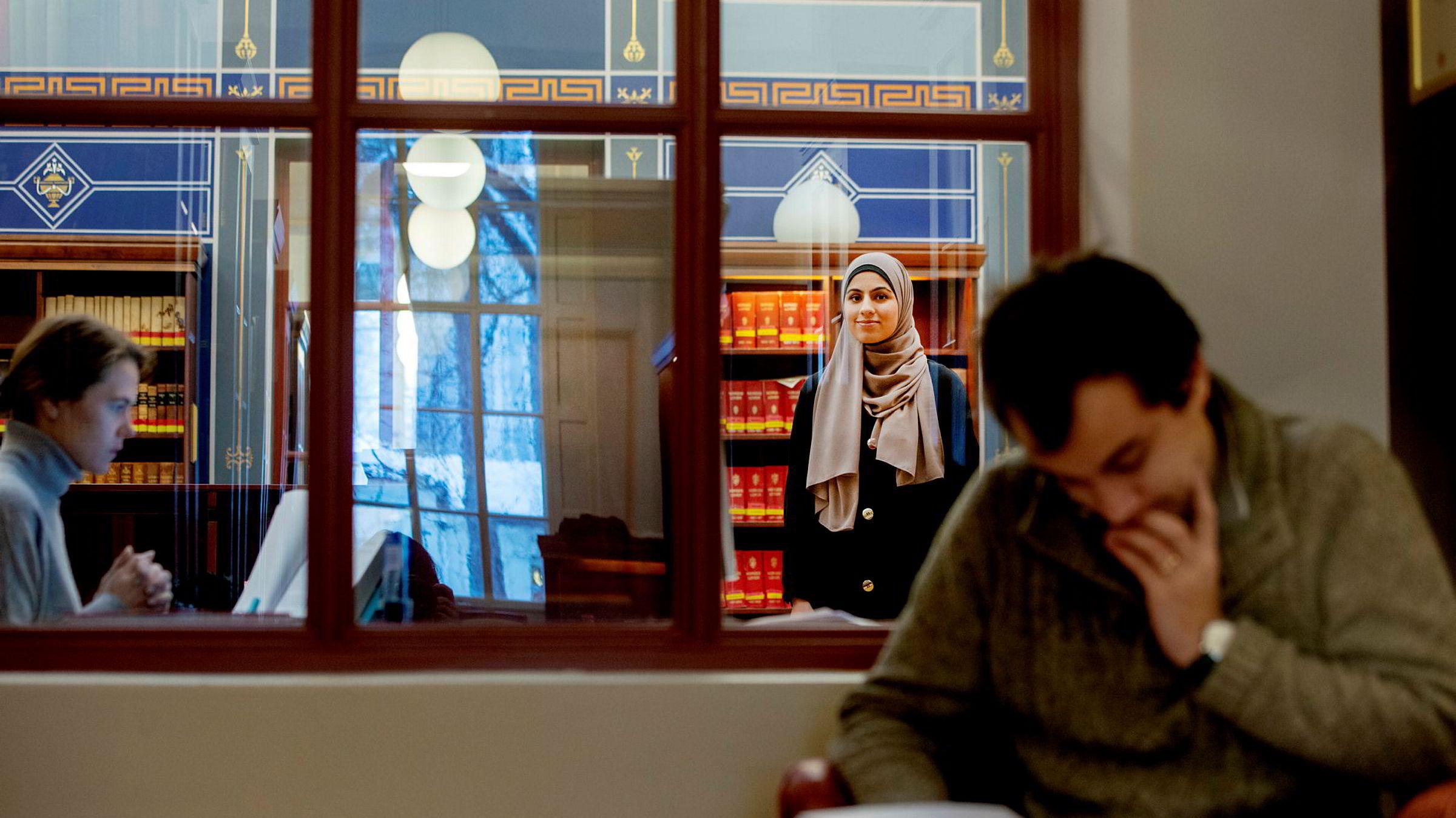 Muniba Ahmad (23) er for tiden på utveksling i Singapore, men er midlertidig hjemme i Norge for å delta i en prosedyrekonkurranse.