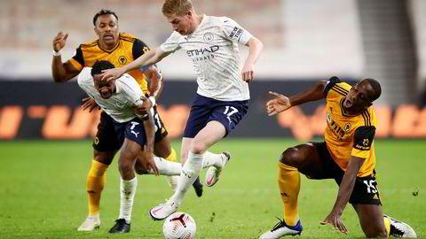 Det er TV 2 som har rettighetene til å vise engelsk Premier League frem til 2022. Nå øker kanalen prisen både lineært og på strømmetjenesten Sumo. Her er Manchester City's Kevin De Bruyne i aksjon mot Wolverhampton mandag kveld.