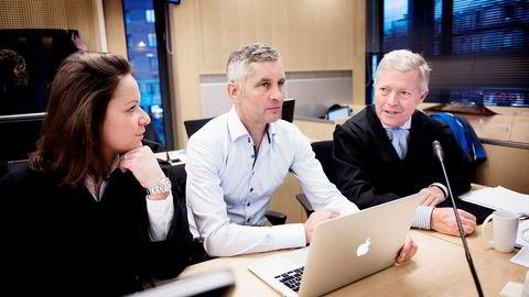 Økokrim senker terskelen for hva som er innsideinformasjon, mener forsvarere til Torleif Ahlsand (midten), Bjørn Stordrange og Caterina Håland Gaeta.