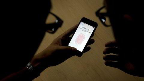 Apple sliter med å få fingerskanning til å fungere som ønsket på Iphone 8. Det kan betyr at Samsung også venter med å innføre teknologien.