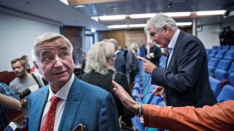 Christen Sveaas får klapp på skulderen etter ekstraordinær generalforsamling i Norske Skog.