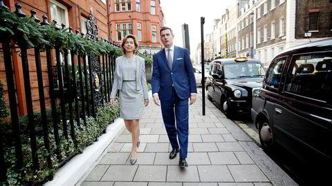 DNBs Kristin Holth og Harald Serck-Hanssen ankommer kapitalmarkedsdagen på Claridge's Hotel i finansdistriktet Mayfair i London onsdag.