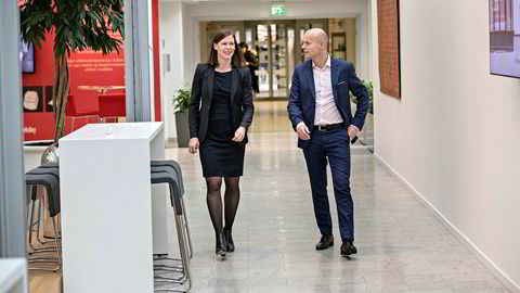 Konserndirektør Morten Thorsrud i forsikringsselskapet If setter ned forsikringsprisene for å vinne kunder tilbake. Her med Ingrid Janbu Holthe, sjef for salg og service i Norge.