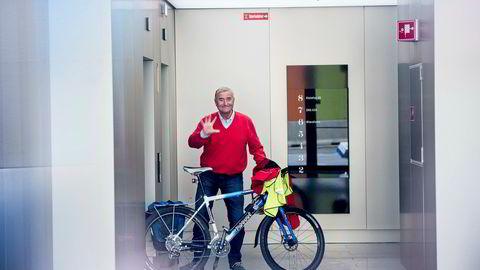 Investor Christen Sveaas kastet seg i dag på sykkelen for å ta en tur innom Kistefos-kontoret på Aker Brygge. Sveaas ønsket ikke å avsløre hva planen bak aksjekjøpet i Norske Skog er. Foto: