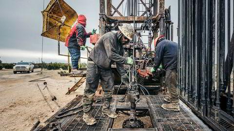 Amerikansk skiferoljeproduksjon øker, og sender oljeprisen ned.