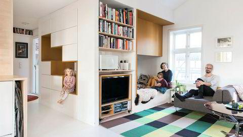Kube. I stuen har arkitektparet Olav Resell og Nicca Gade Christensen bygget en boks med innebygde skap og hyller, i et parti der det er lavere takhøyde enn ellers i leiligheten. – Det er et sted der ungene kan herje litt uten å ta helt kontroll over hovedrommet, sier Olav Resell. Barna Lotte (3) til venstre og Iben (5) til høyre.