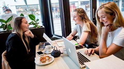 Studentene Julie Almås Christiansen (fra venstre), Guro Helene Strand og Amalie Larsen la alle merke til Tines annonse på Snapchat på nasjonaldagen.