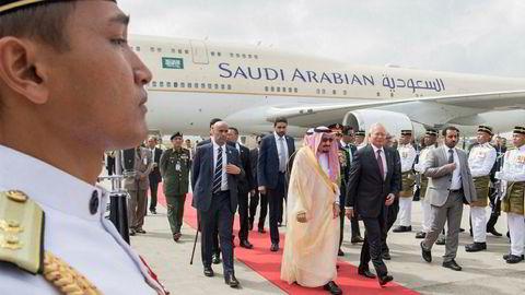 Den saudiarabiske kongen har med seg et følge på over 1500 – og egen rulletrapp under en månedslang gjennomreise i Asia.