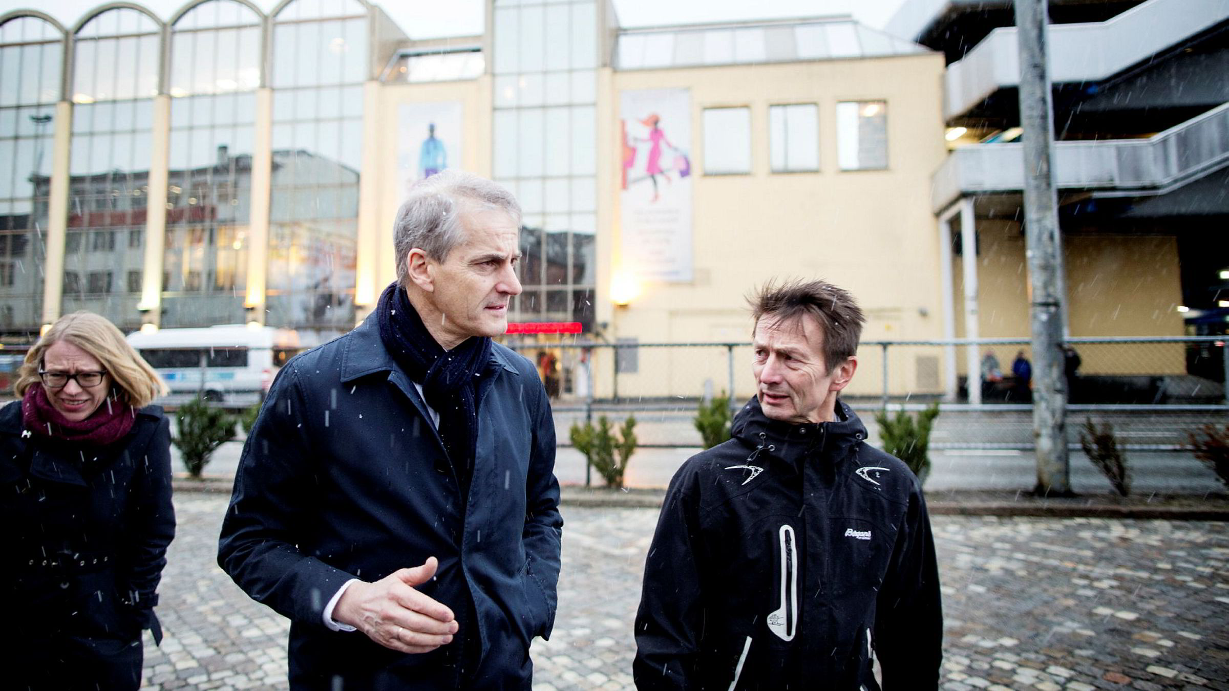 Rådgiver Hans Kristian Amundsen med Ap-leder Jonas Gahr Støre og Anniken Huitfeldt i Bergen under valgkampen i fjor.