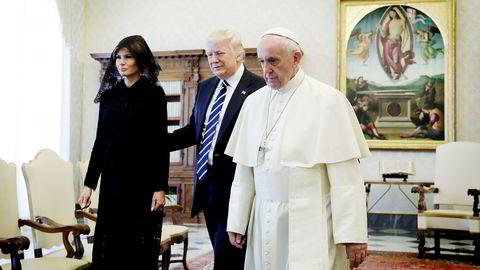 Onsdag møttes Donald Trump (i midten) og pave Frans for første gang. Det er protokoll at kvinner dekker håret med slør under besøk i Vatikanet, slik førstedame Melania Trump gjorde.