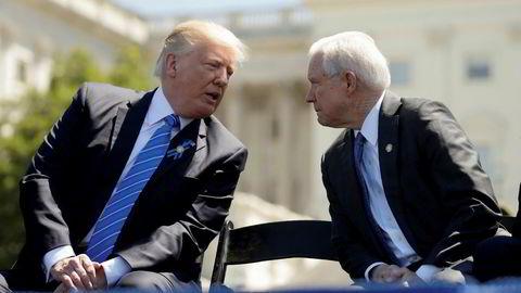 President Donald Trump snakker med justisminister Jeff Sessions i mai, lenge etter at Sessions hadde gjort det Trump nå hisser seg opp over, men før Trump hadde begynt å drive personalpolitikk via Twitter.