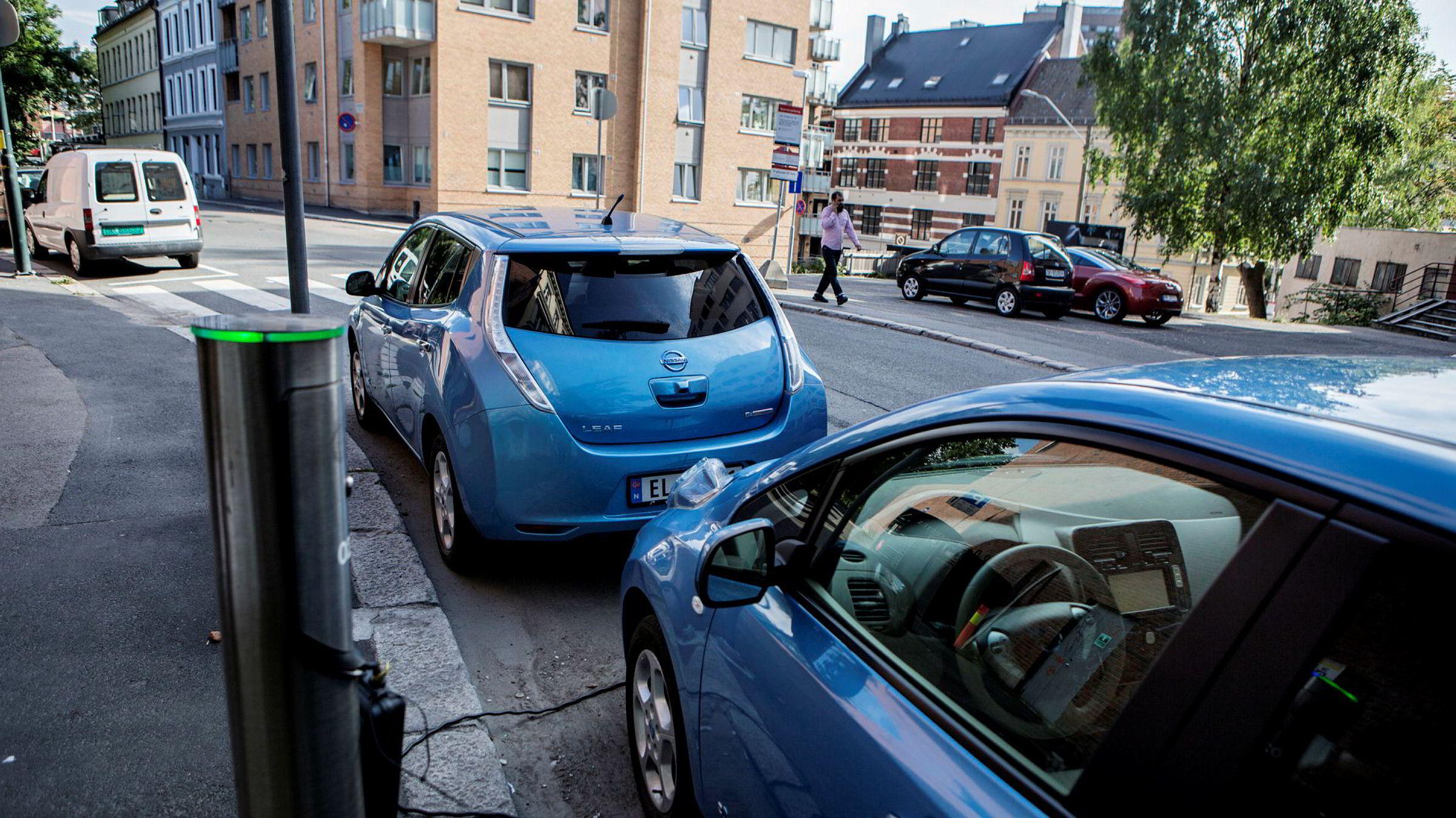 «Hvis en for eksempel er opptatt av lite utslipp fra biler, kan en mulighet være å stille krav om elbiler ved innkjøp av biler til et offentlig foretak», skriver innleggsforfatterne.