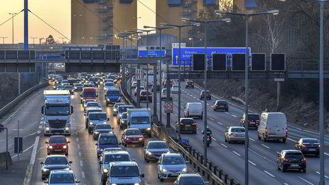 Lastebilsjåførene kjører internasjonalt for nederlandske transportselskaper, men er ansatt i et kypriotisk selskap. EU-domstolen skal nå avgjøre om de tilhører trygdeordningen på Kypros eller i Nederland, skriver Dag Sørlie Lund og Juni Nyheim Solbrække i innlegget. Her fra autobahn ved Wilmersdorf utenfor Berlin.