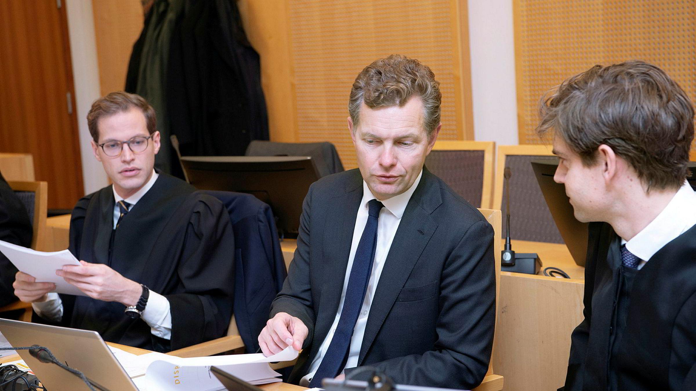 Pareto Securities' juridiske direktør Ole Borge (i midten) representerer selskapet i søksmålet fra syv investorer som krever inntil 256 millioner kroner i erstatning. Her fra første dag rettssaken.