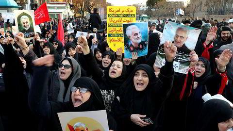 Demonstranter utenfor den britiske ambassaden i Teheran holder opp plakater at den drepte generalen Qasem Soleimani og brente det britiske flagget. Det ble også demonstrert mot iranske myndigheter flere steder i Teheran lørdag og søndag etter at et ukrainsk passasjerfly ble skutt ned ved en feiltakelse.