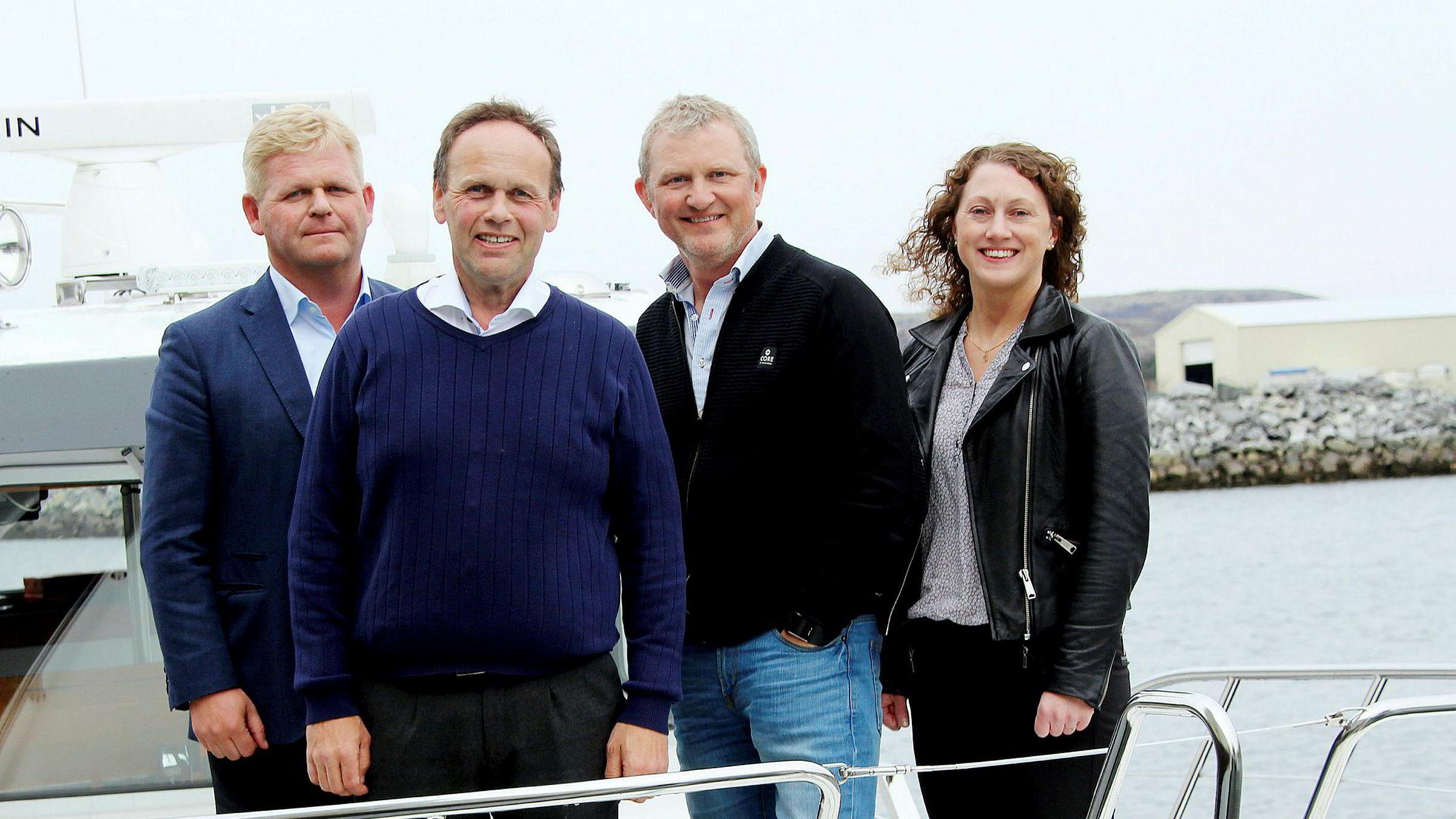 De slår sammen sine to største selskaper i oppdrettsnæringen. Fra venstre styreleder Roger Granheim og administrerende direktør Harry Bøe i NTS og eierne i Midt-Norsk Havbruk (MNH) Roald Dolmen og Solvår Hallesdatter Hardesty.