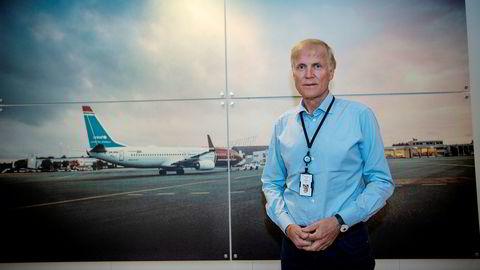 Det eneste som minner om normale tider i Avinors lokaler, er fotografiene på veggene med motiv fra flyplasser rundt i landet. Avinor-sjef Dag Falk-Petersen sier flyselskaper med hjemmemarked i Norge er spesielt viktig i krisen.