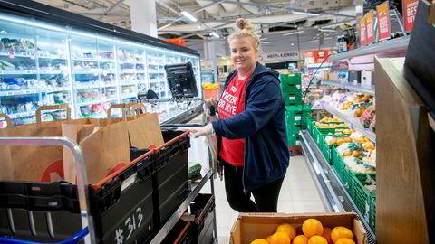 Norgesgruppen vokser også på hjemmelevering. – Fra oss går det fire til fem biler om dagen, sier Emilie Kristiansen, netthandelansvarlig på Meny på Bryn-senteret.