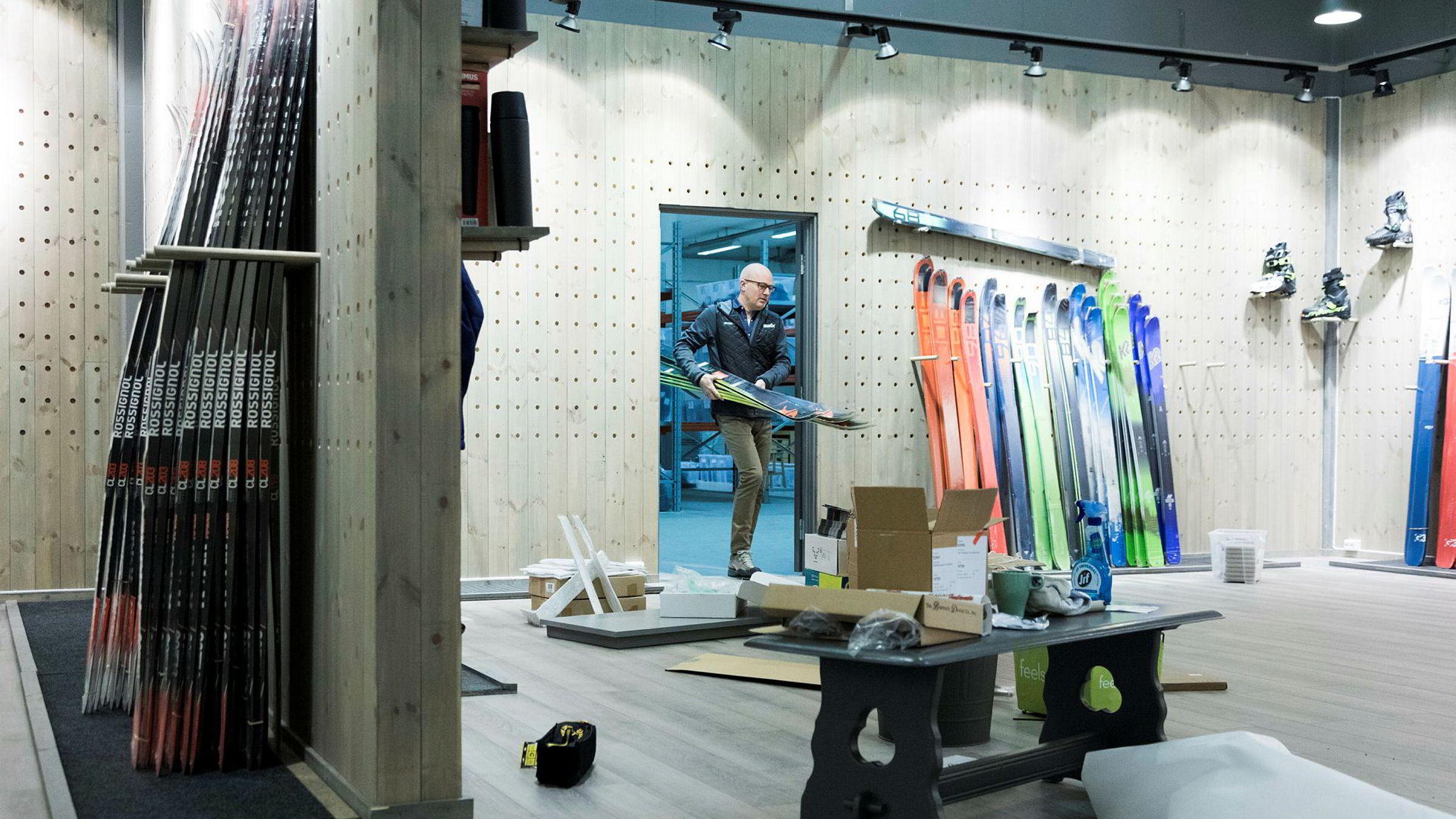 Daglig leder Anders Baardseth i nyopprettede Braasport setter på plass ski i visningsrommet de er i ferd med å klargjøre til åpningen. Han mener det er viktig å tenke nytt for å gjøre det bra i et sportsmarked i endring.