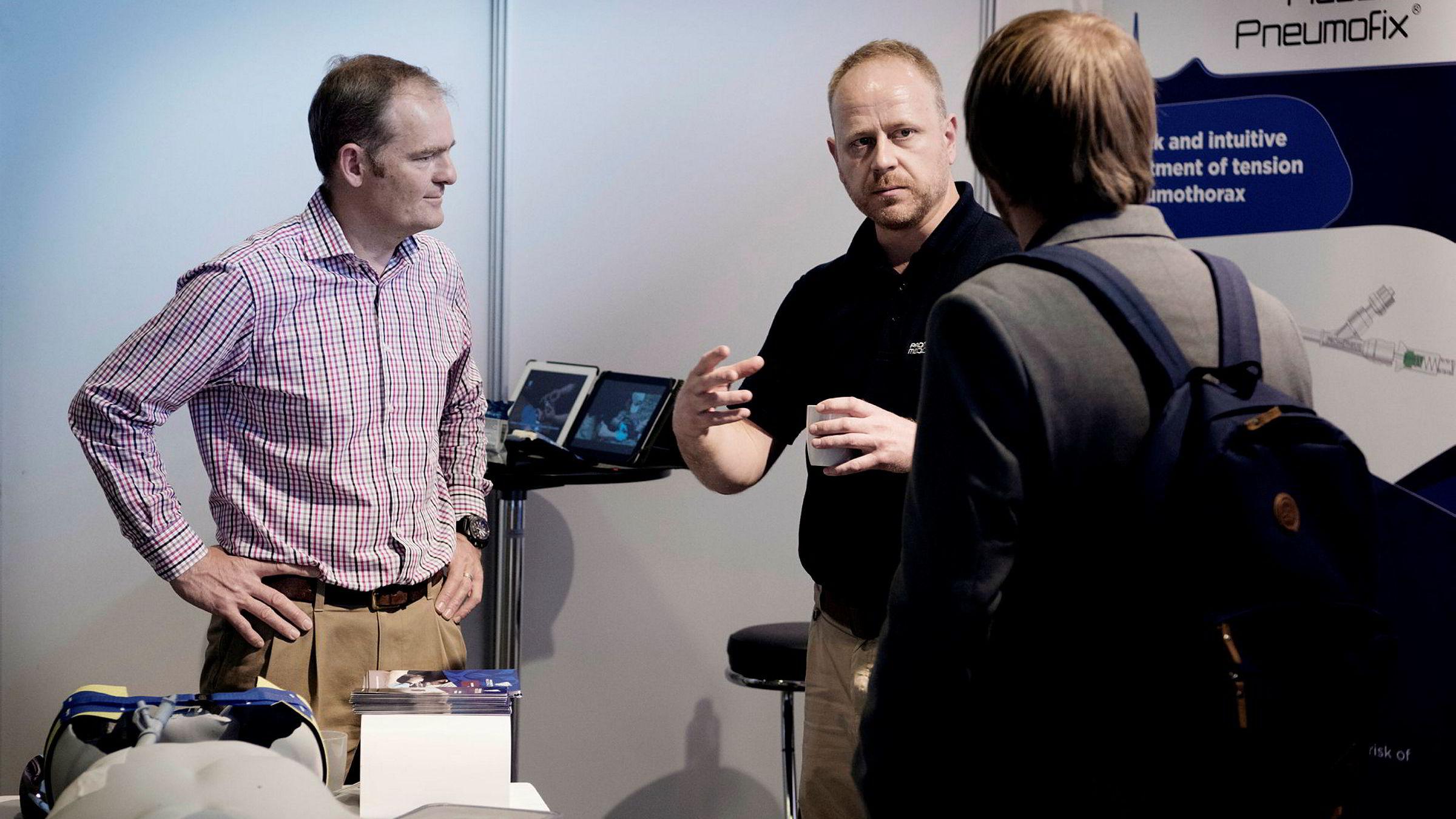 Luftambulanselege Nils Petter Oveland (til høyre) hadde mange ideer om hvordan førstehjelpsutstyret kunne forbedres. Løsningen ble at han koblet seg sammen med britiske Prometheus Medical Group og toppsjef Malcolm Russell (til venstre).