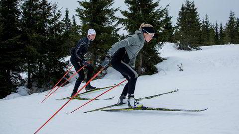 Therese Johaug og broren Karstein Johaug trener i skiløypene Natrudstilen ved Sjusjøen.