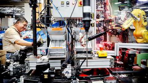 Fremover vil det norske arbeidsmarkedet preges av økt automatisering og kunstig intelligens. Kjedelige, skadelige eller farlige oppgaver overtas i større grad av maskiner. Her fra produksjonsanlegg i Virginia Beach hvor mennesker arbeider med samarbeidsrobot.