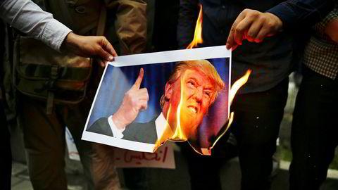 Ved en demonstrasjon foran den tidligere amerikanske ambassaden i Teheran onsdag brente demonstrantene et bilde av Donald Trump i protest mot USAs beslutning om å trekke seg fra atomavtalen.
