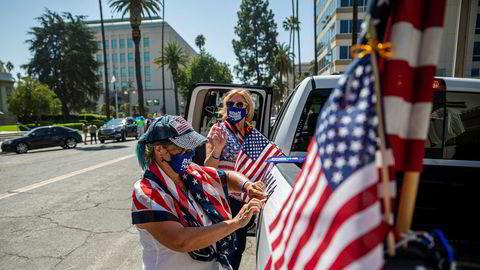 De frivillige Shelley Colman (til høyre) og Joanne Burdet dekorerer bilen for demokratenes presidentkandidat Joe Biden. Fra Riverside i California ringer de nesten daglig til velgere i den viktige vippestaten Texas, og er bekymret for utfallet av valget.