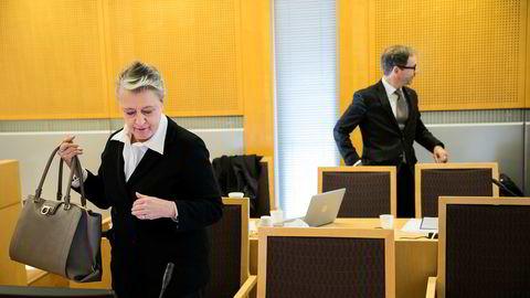 Advokat Berit Reiss-Andersen (til venstre) representerer den tidligere regnskapssjefen som har tilstått underslag av 49 millioner kroner i Gartnerhallen. Til høyre advokat Rasmus Dannevig Woxholt som representerer den tiltalte bonden.