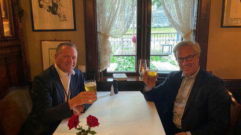 Milliardær og oljefondssjef Nicolai Tangen tar en øl med sentralbanksjef Øystein Olsen.