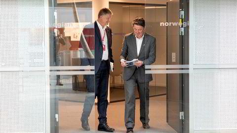 Norwegian-sjef Jacob Schram (til venstre) og finansdirektør Geir Karlsen trenger fortsatt mer penger. Her fra hovedkontoret på Fornebu i mai.