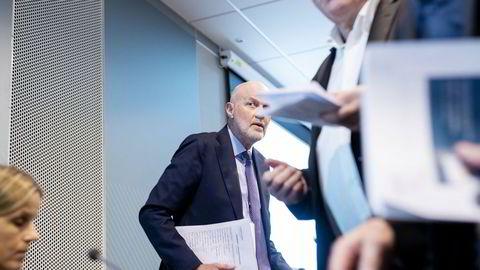 Finanstilsynets sjef Morten Baltzersen (i midten) mener nordmenns gjeldsbelastning innen forbrukslån er urovekkende. Tilsynet tror banker kan ha gitt lån til folk som ikke skal ha det. Til venstre: direktør Ann Viljugrein.