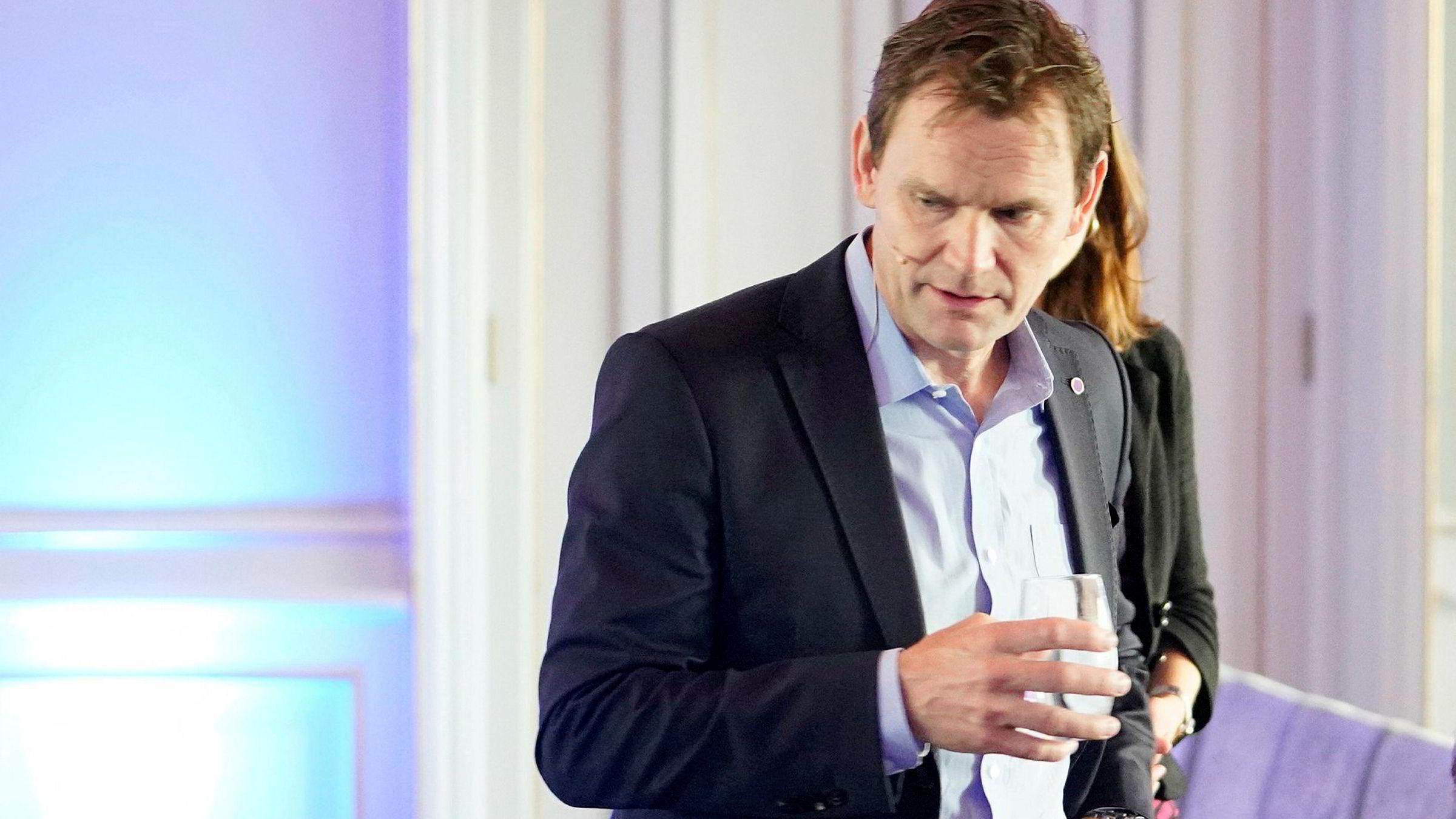 NEL-sjef Jon André Løkke ser aksjekursen stupe.