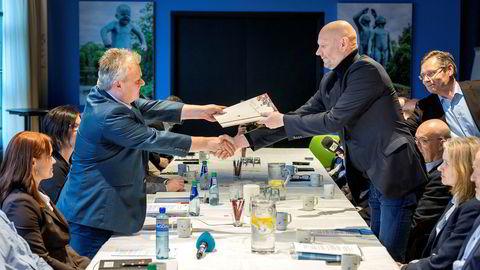 Administrerende direktør i Norsk Industri Stein Lier-Hansen (til høyre) og leder i Fellesforbundet Jørn Eggum under oppstarten av årets lønnsoppgjør.