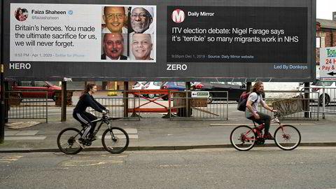 Statsminister Boris Johnson har takket det offentlige helsevesenet (NHS) og to utenlandske sykepleiere fra Portugal og New Zealand for livet. Samtidig fremholder andre, som Brexitpartiets leder Nigel Farage, at det er for mange med utenlandsk bakgrunn som jobber i helsevesenet.