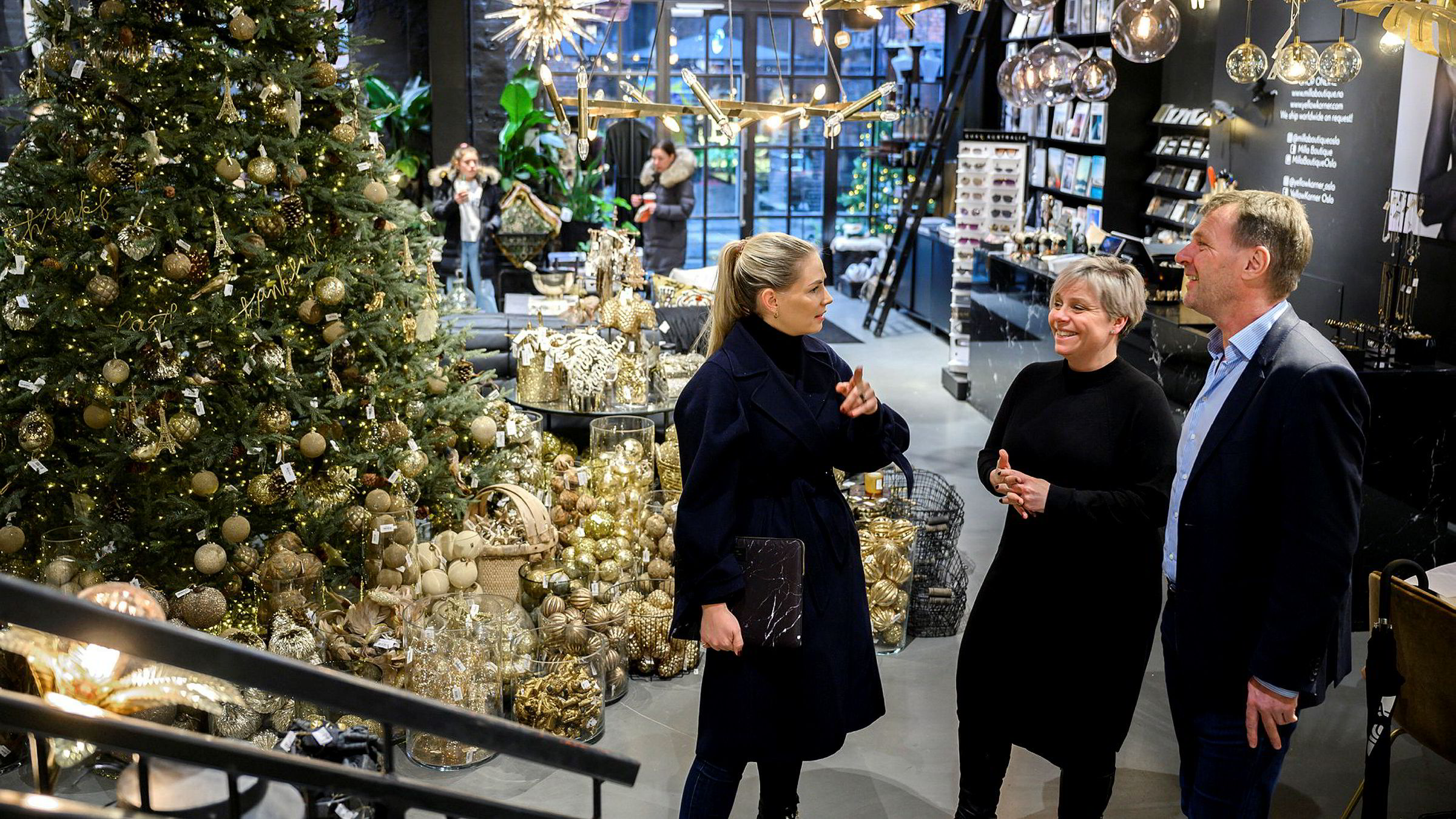 Den frittstående butikken Milla Boutique på Aker Brygge dropper Black Friday. Administrativ leder Tine Robertson (i midten) sammen med destinasjonsjef Thomas Nygård og markedsansvarlig Mim Stang.