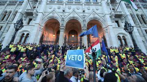 Hva er det Orban holder på med i konflikten med CEU (Central European University)? skriver artikkelforfatteren. Her demonstranter foran CEU i Budapest.