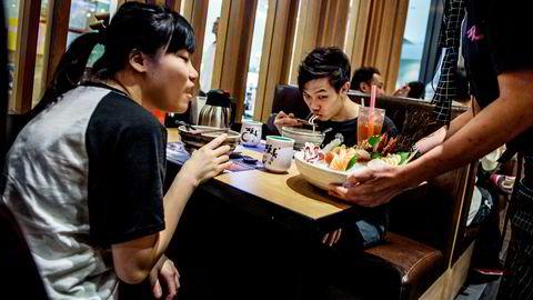 Hovedårsaken til den voldsomme økningen i lakseeksporten til Kina er lakseavtalen som ble undertegnet i mai 2017. Her fra en Sushi-restaurant i Hong Kong.