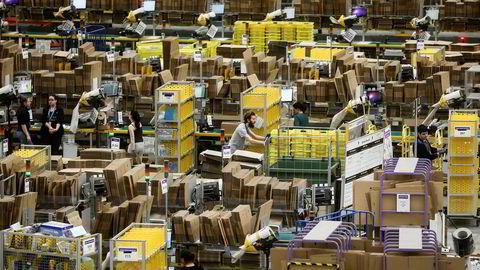 Amazon er verd cirka 3900 milliarder kroner og er på 15 år blitt en av de største selskapene i verden. 45 prosent av amerikanere som har bestemt seg for å kjøpe et produkt, går til Amazon, skriver artikkelforfatteren.